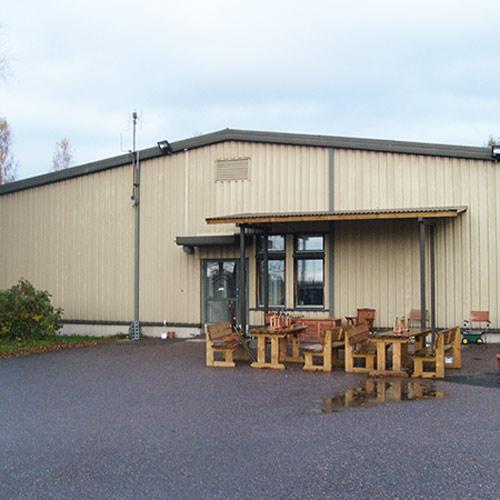 Koivikkokujan toimintakeskusken ulko-ovi ja terassi.